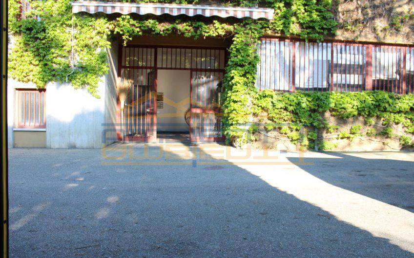 Ampio capannone con area esterna ed abitazione