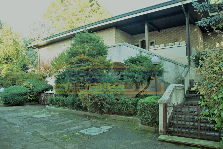 Villa d'Adda - Prestigiosa villa con due appartamenti.