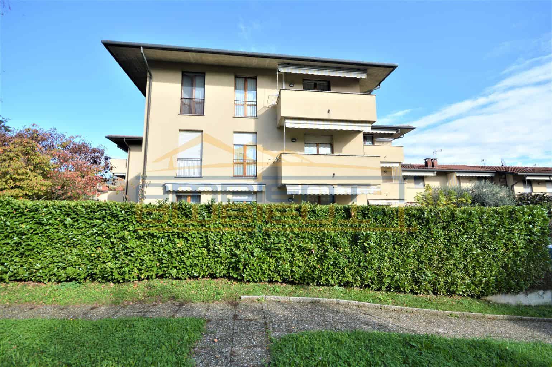 Olgiate M.ra - Appartamento di tre locali con due balconi e garage